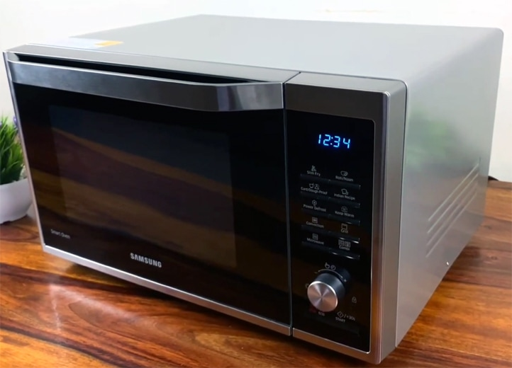 Convection microwave oven with touch controls